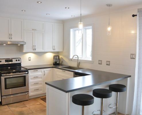 Rangement cuisine armorie style shaker, comptoir Formica Ardoise, dosseret tuiles blanches, FEXA cuisine épurée