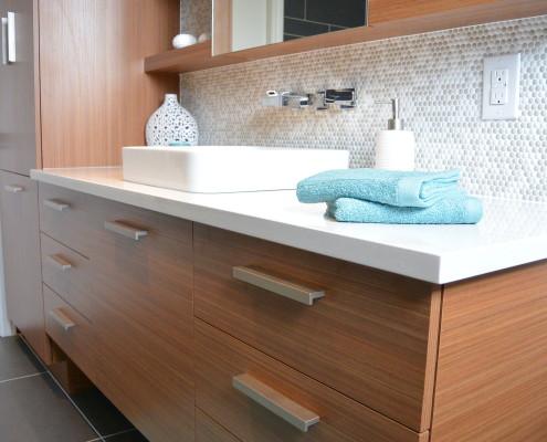 Comptoir de quartz blanc immaculé, dosseret mosaique, pharmacie, armoire sur mesure ambrée, deco salle de bain bleu, FEXA Rénovation Salle de bain.