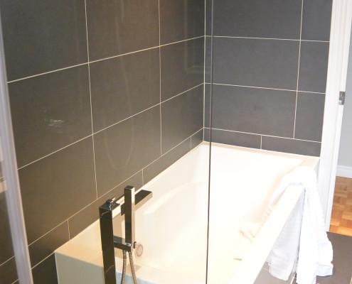 Céramique murale et sol couleurs anthracite 12x24po et insertion 4x24po décallée, Fexa Rénovation salle de bain