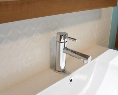 Dosseret de salle de bain, Insallation céramique murale relief géométrique blanc lustré, FEXA Rénovation salle de bain