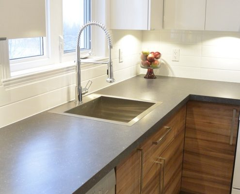 Comptoir foncé, Armoire blanche et bois mélamine, FEXA Rénovation cuisine