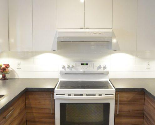 Armoire cuisine lustré blanc, mélamine Stevens bois horizontal, comptoir foncé, céramique murale blanche, grande céramique 24x24 au sol, FEXA rénovation cuisine