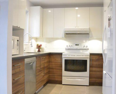 Armoire de cuisine blanc lustré, mélamine effet bois horizontal, Installation de céramique grand format, dosseret blanc, FEXA rénovation cuisine