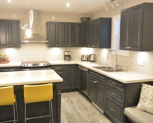 Armoire de cuisine en bois couleur anthracite, cuisine tendance, dosseret de cuisine gris pâle arabesque, cuisine transitionnelle, ilot de cuisine, FEXA Cuisine
