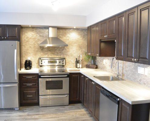 Armoire de cuisine en bois, couleur chocolat, cuisine moderne, dosseret de marbre gris, cuisine style transitionelle, FEXA Cuisine
