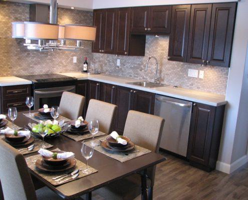 Armoire de cuisine en bois couleur chocolat, cuisine moderne, dosseret de cuisine marbre gris, hotte cheminée, cuisine moderne, FEXA Cuisine