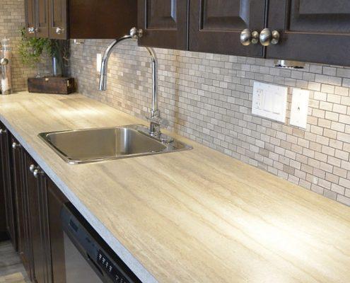 Armoire de cuisine en bois couleur chocolat, cuisine moderne, dosseret de cuisine marbre gris, cuisine moderne, FEXA Cuisine