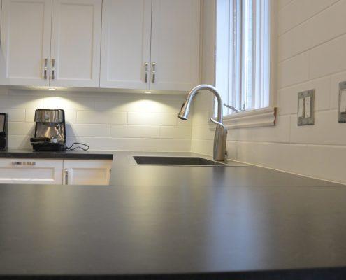 Comptoir de cuisine Formica Ardoise Basalte 3690, dosseret tuiles 4 x 16 blanches, FEXA Rénovation cuisine