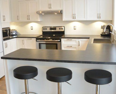 Armoire de cuisine shaker blanches, comptoir de cuisine Formica Ardoise Basalte 3690, luminaire encstré et suspension au-dessus du comptoir lunch, dosseret de cuisine tuiles 4 x 16 blanches, FEXA Rénovation cuisine