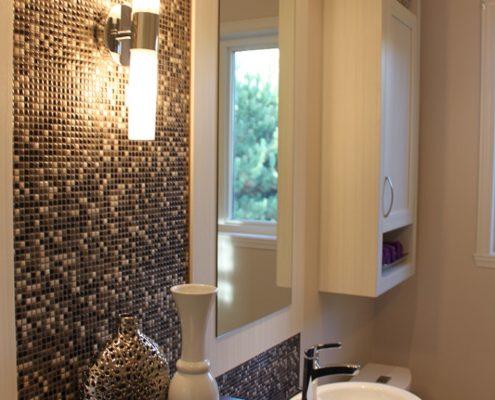 Installation céramique, Dosseret mosaïque, céramique nuances de noir et de crème, FEXA Rénovation salle de bain
