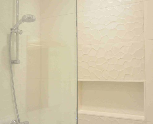 Rénovation de salle de bain consitant à une modification majeur de l'espace. On y retrouve une douche à l'italienne avec banc sur mesure. Toute la surface banc, douche et plancher chauffant. Une imperméabilisation complète du plancher et de des murs de la douche à été préalablement effectuée.