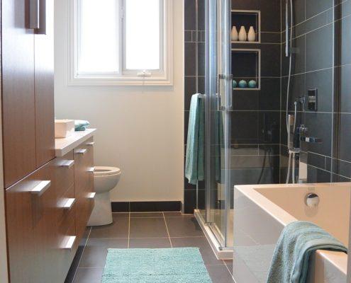 Armoire sur mesure ambrée, installation céramique anthracite, douche avec Alcôve, comptoir de quartz, bain deux coins, FEXA Rénovation Salle de bain