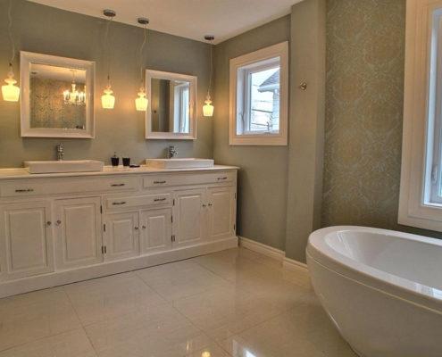 Rénovation salle de bain, vanité de salle de bain, salle de bain glamour, bain autoportant, salle de bain transitionnelle, céramique porcelaine blanche, FEXA salle de bain