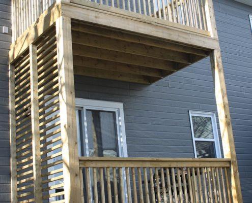 FEXA Construction terrasse bois traité avec brise vue en bois traité, patio bois traité, amenagement exterieur, outdooring